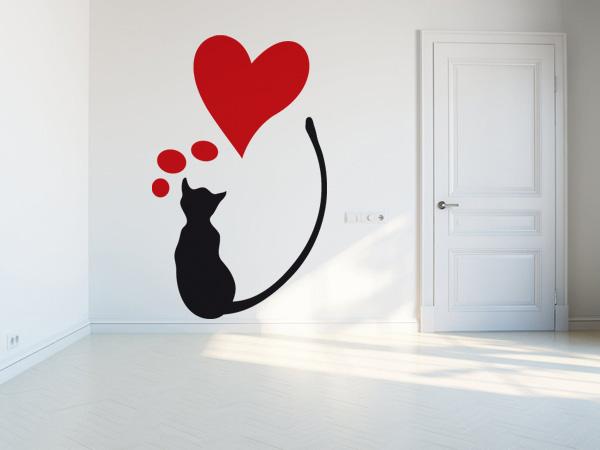 Gato negro con corazón rojo